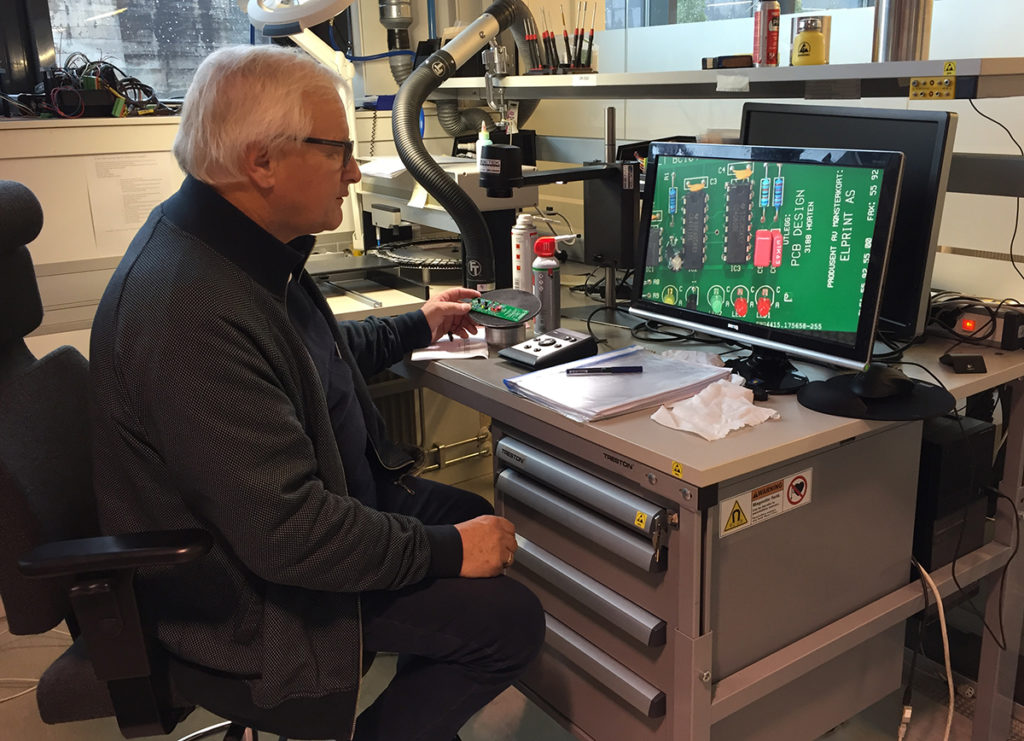Jan Kjemperud demonstrating how he checks the circuit boards built by the course participants